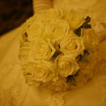 生花の白バラブーケ。