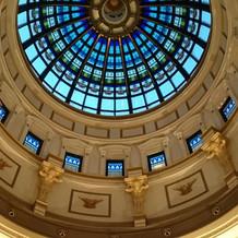 2階から中央ホールの上のステンドグラス