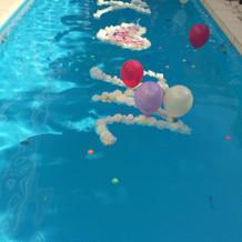 ゲスト全員でプールに風船を投げると