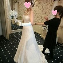 左写真ドレスのフロント