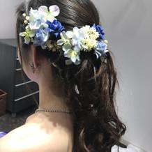青のドレスに合わせた髪飾り
