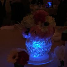 各テーブルの花瓶が同じ色に光っていました