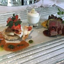 メインの魚と肉料理。