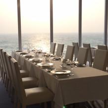 海が一望できる披露宴会場からの夕日は最高