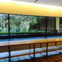60名程の会場は窓から日本庭園