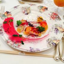 お皿もきれいで目にも楽しい前菜でした。