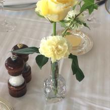 レストランテーブルなので装花は小さめ