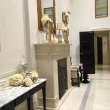 ロビーの暖炉などの装飾が豪華