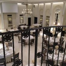 披露宴会場は2階に繋がる階段もあり