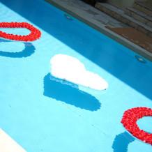 プールにはイニシャルも浮かべられます。