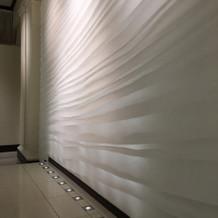 入場のバックの壁はアート作品