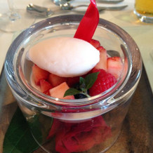 ゲストの方に大好評なバラのデザートです。