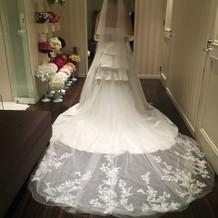 長いトレーンが印象的な刺繍のドレス