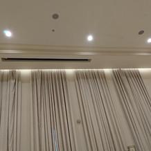 高い天井からスクリーンが降りてきました