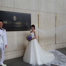 ホテルのロゴ前で撮影
