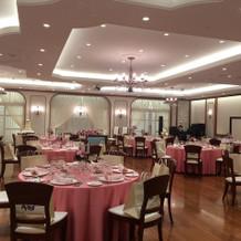 ピンクがかわいい披露宴会場