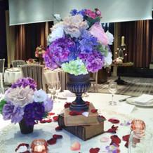 披露宴会場の卓の花