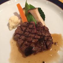 メインのお肉料理、とってもボリューミー!