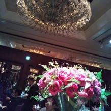 卓のお花とシャンデリア