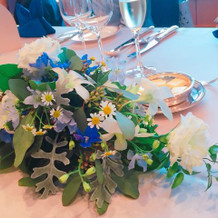会場装花はブルーを基調に