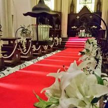 バージンロードは赤じゅうたんです。