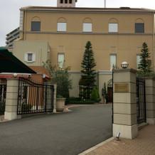 左手前にある建物が待合室です。
