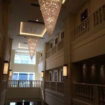 大階段の天井のシャンデリアが素敵でした。
