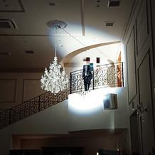 階段からおりてくるところです