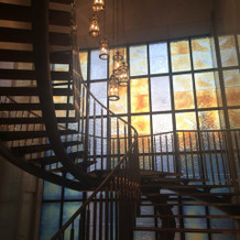螺旋階段のステンドグラスは圧巻!
