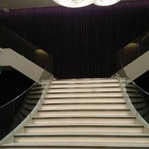フラワーシャワーの階段