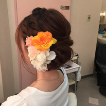 髪につけた造花