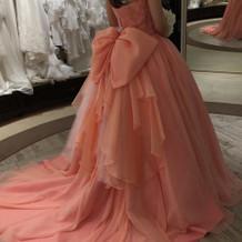サーモンピンクのドレスです。