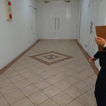 披露宴会場の隣にある待ち合い室へ入る廊下