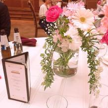 ゲストのテーブルに置かれた装花