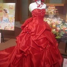 鮮やかな赤のドレス