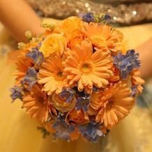 衣装に合わせてブルーのお花を
