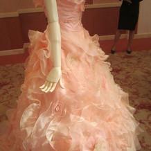 ピンクのふわふわしたドレス