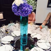 夏らしく、青を基調にした装花