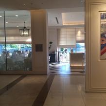 入口から見えるアニヴェルセルカフェ