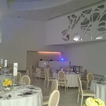 白を基調とした披露宴会場