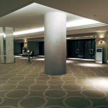 会場入り口。重厚感のある柱が特徴。