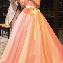 カラードレスはピンクのサンゴカラー