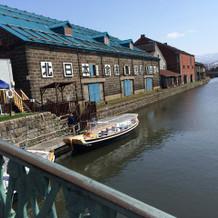 運河の倉庫の並びにあります