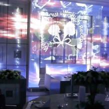 披露宴会場ラプソディ_壁面に映像を映せる