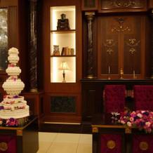 メインテーブルの装花とウェディングケーキ