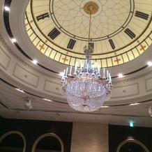 天井が時計のようになっています。