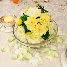 各テーブルの花に隠れミッキー