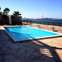 披露宴会場からプール及び海