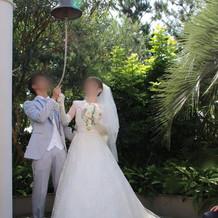挙式後は外で写真撮影
