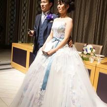 タキシードとカラードレス。